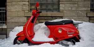 скутер в снегу