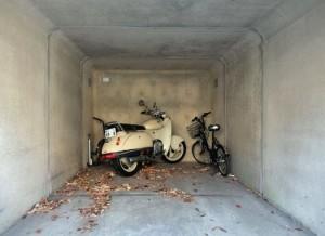скутер в гараже