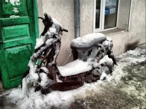 Скутер под снегом