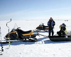Снегоход с прицепом и рыбаки