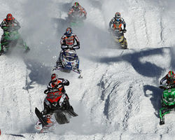 Снегоходы едут по спортивной трассе