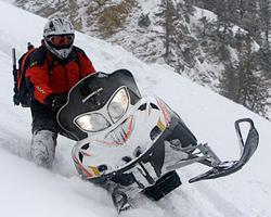 Горный снегоход на склоне