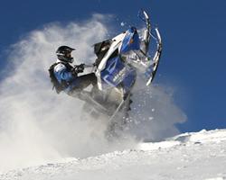 Прыжок на горном снегоходе