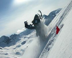 Снегоход прыжком забирается в гору