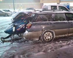 Снегоход, погруженный в багажник автомобиля