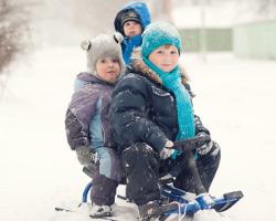 Двое детей на снегокате