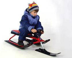 Ребенок на снегокате