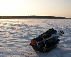 Сани с грузом на зимнем водоеме