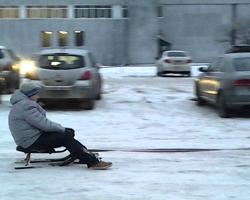 Катание на снегокате за транспортом