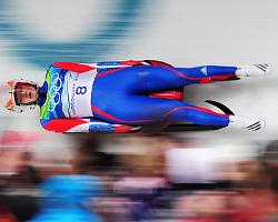 Спуск спортсмена в санях на большой скорости