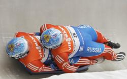 Двойка спортсменов спускается в санях
