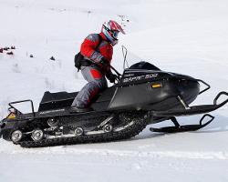 Мужчина на снегоходе ?Тайга Варяг 500?