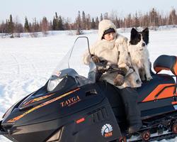 Человек с собакой на снегоходе ?Тайга Патруль?