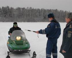 Инспектор останавливает снегоход