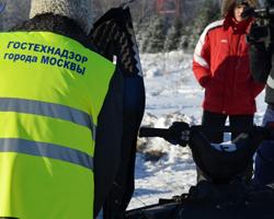 Инспектор осматривает снегоход