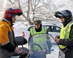 Инспектор беседует с водителем снегохода