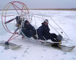 Мужчины в каркасных аэросанях