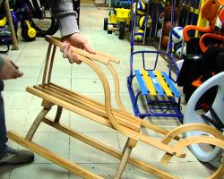 Покупка деревянных саней в магазине