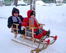 Двое детей в деревянных санях