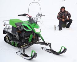Снегоход Irbis Dingo и рыбак