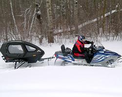 Снегоход с крытым прицепом-кабиной