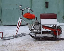 Снегоход из мопеда около гаража