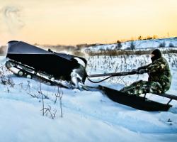 Мотобуксировщик преодолевает снежный рельеф