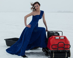 Девушка и мотобуксировщик на снегу