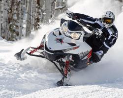 Снегоход Polaris едет по снегу