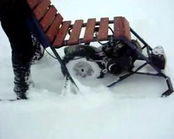Мотосани в глубоком снегу, крупно виден привод