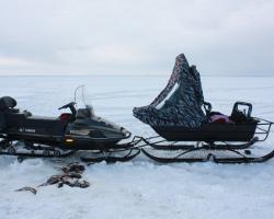 Снегоход и снегоходные сани с откинутым тентом
