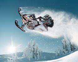 Фристайл-прыжок на снегоходе в горах