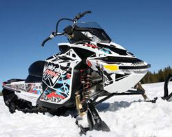 Снегоход Ski-Doo в ярких наклейках на снегу
