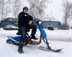 Мальчик на самодельном снегоходе