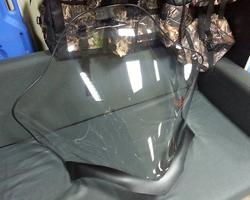 Ветровое стекло на столе