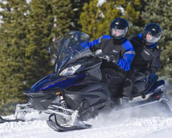 Мужчина едет на снегоходе Yamaha Venture