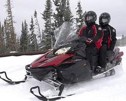 Мужчины едут на снегоходе Yamaha Venture