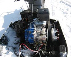 Бензиновый двигатель на снегоходе в снегу