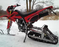 Красный снегоход из мотоцикла