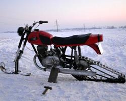 Красный снегоход из мотоцикла ?Иж?