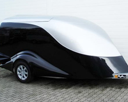 Прицеп с пластиковой крышкой для перевозки снегоходов и мотоциклов