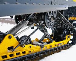 Ходовая снегохода с черными склизами