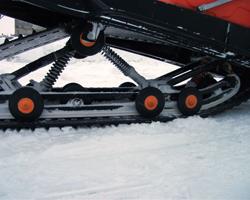Задняя подвеска снегохода с установленными черными склизами