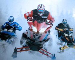 Трое на снегоходах едут сквозь снег
