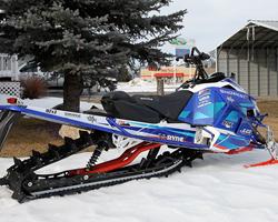 Синий снегоход Yamaha после тюнинга